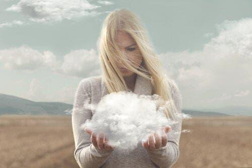 Elinde tuttuğu buluta bakan sarışın kadın