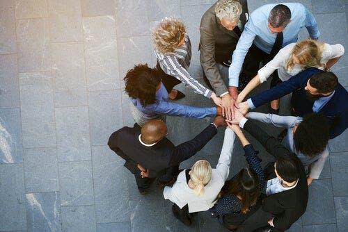 Ellerini ortada birleştiren dokuz kişilik ekip