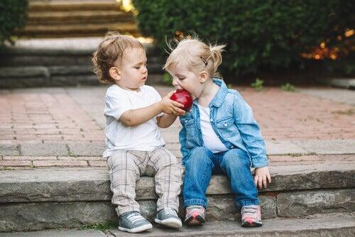 Elmayı paylaşan çocuklar