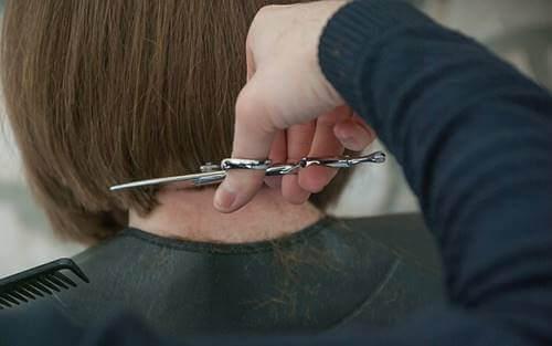 Evde yap trendine uyularak yapılan bir saç kesimi.