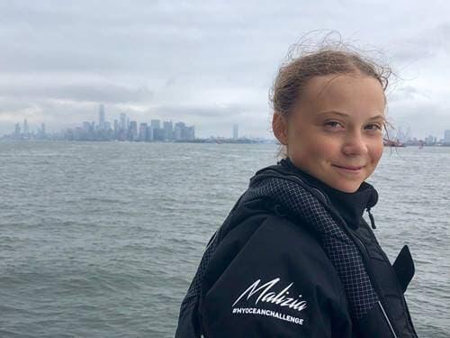 Deniz kenarında gülümseyen Greta