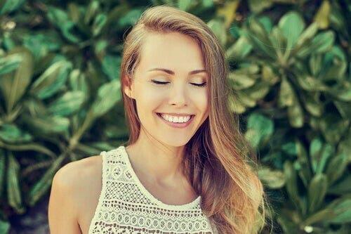 Dingin bir zihne sahip gülümseyen kadın