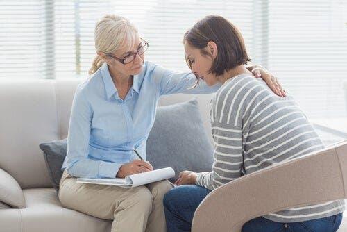 Hastasına danışmanlık yapan bir klinik psikolog.