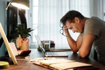 iş kaynaklı yorgunluk yaşayan adam