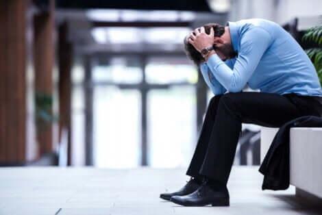 İşyerinde üzgün bir adam