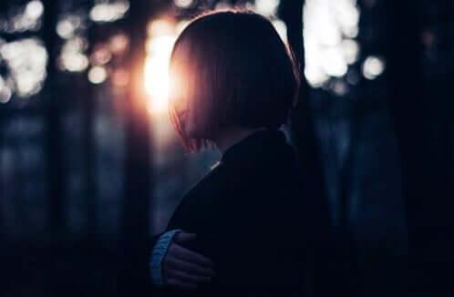 Ormanda tek başına duran bir kadın.