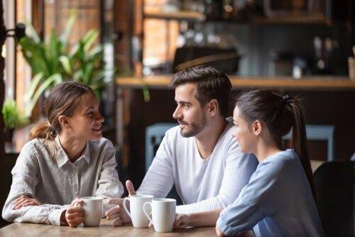 İnsanların iletişim kurarken seçtikleri mesafe, bize ilişkileri hakkında bilgi verir.
