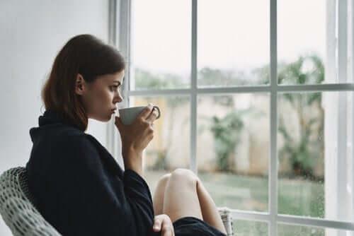Kahve içen bir kadın.