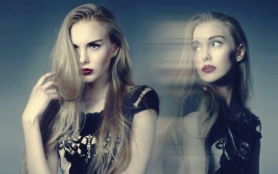 iki duygu yaşayan kız