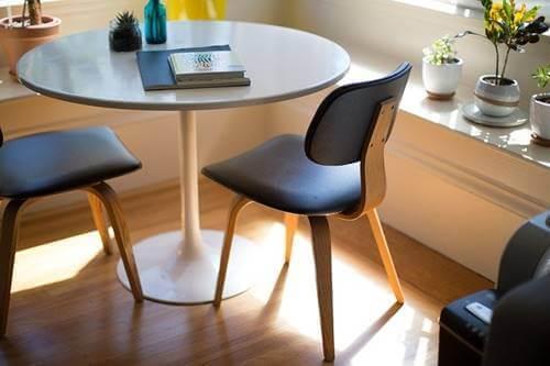 Bir masa ve etrafındaki iki sandalye.
