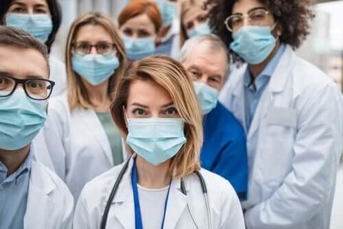 Maske kullanan sağlık görevlileri.