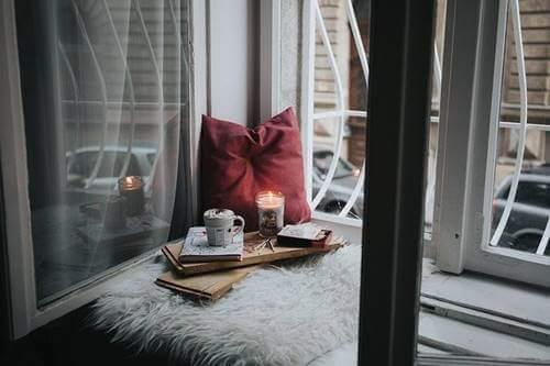 Pencerenin içerisinde oluşturulmuş bir dinlenme alanı.