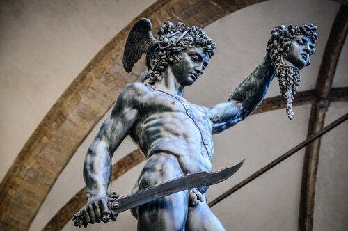 Elinde Medusa kafası olan Perseus heykeli