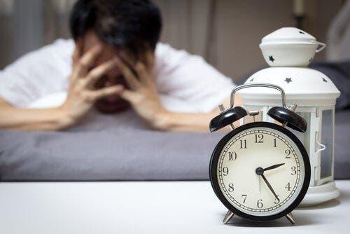 Gece vakti saat başında uyuyamayan adam