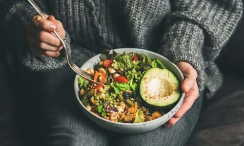 Vejetaryenlik içerdiği besinlere bağlı olarak farklı diyetlerden oluşur.