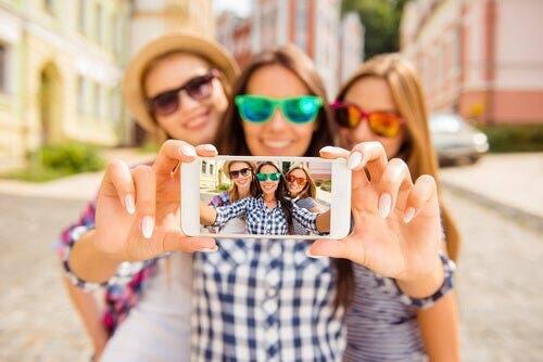 selfie çeken kadınlar