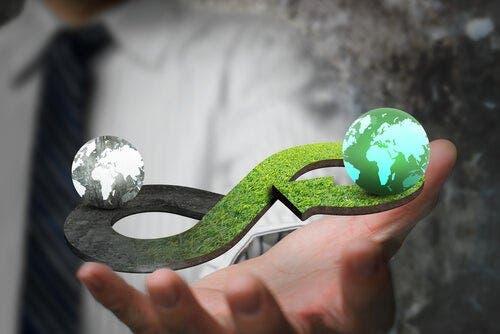 iki ucunda dünya olan bir sonsuzluk işareti döngüsel ekonomi için açıklayıcı olabilir