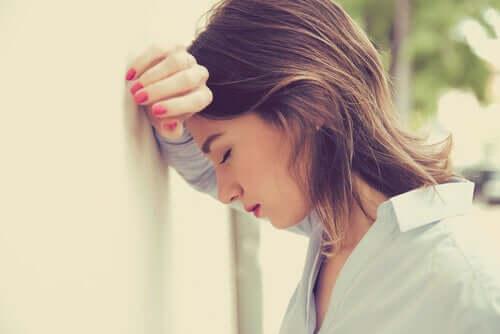 Stresli kadın duvara dayanmış