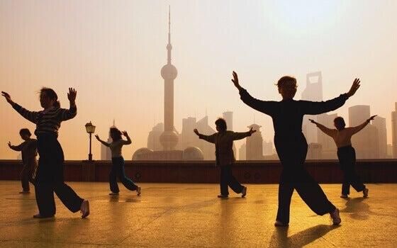 Tai Chi yapan bir grup insan