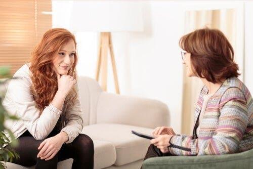 Terapi seansında terapisti ile konuşan bir kadın.