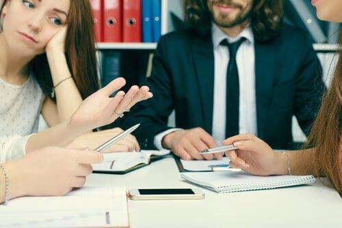 Bir toplantıdaki çalışanlar.