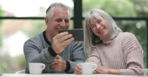 telefonda aileleriyle videolu görüşme yapan yaşlı çift