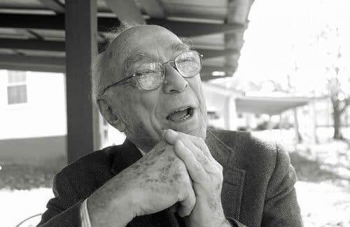 Jerome Bruner'ın gülerken çekilmiş bir fotoğrafı.