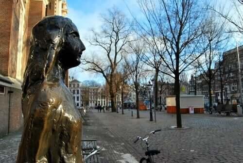 Anne Frank heykeli