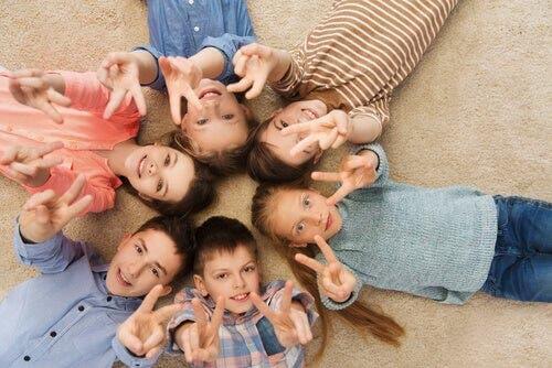 Barış işareti yapan çocuklar.
