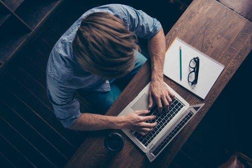 Mükemmeliyetçi insan işi paylaşmakta zorlanacağı için aşırı iş yükü altında ezilebilir