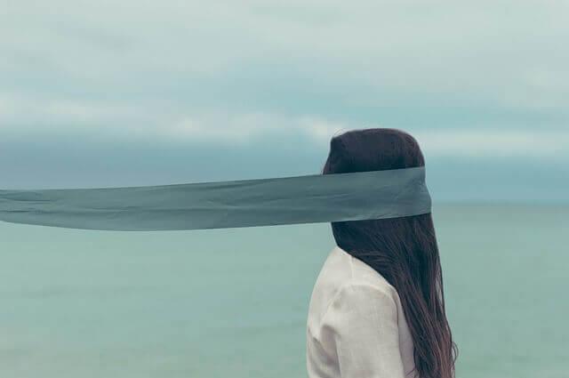 Görüş açısı kısıtlı bir kadın