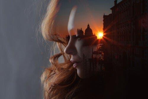 Gün batımı ve bir kadının camdaki yansıması.