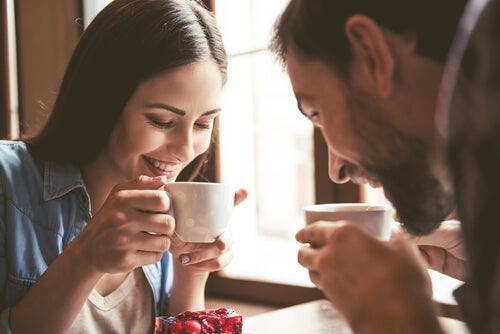 Kahve içen bir çift.