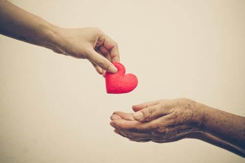 açılmış avuçlara minik bir kalp bırakan el