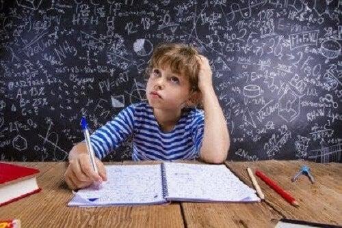 Matematik çalışan bir çocuk.