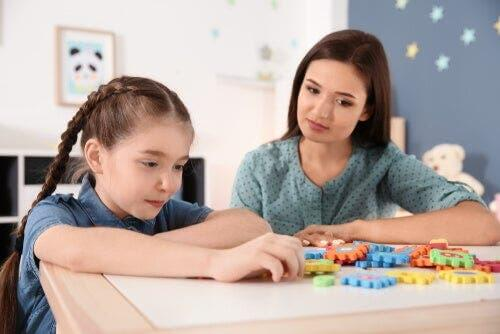 Oyun oynayan otizmli bir kız.