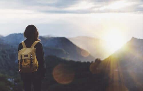Sırt çantasıyla dağa tırmanan kadın