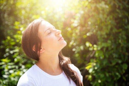 Sakin bir şekilde güneşin keyfini çıkaran bir kadın.