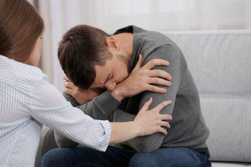 Bir adamı teselli etmeye çalışan bir kadın.