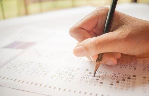 Çoktan seçmeli bir test yapan bir kişi.