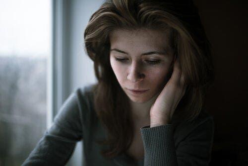 Üzgün ve düşünceli bir kadın.