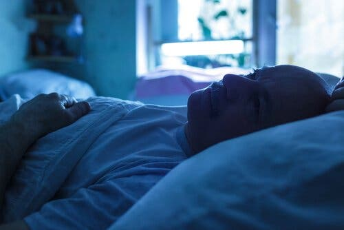 yatakta yatan yaşlı adam