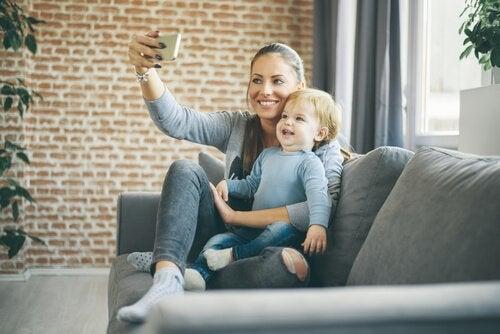 bebeğiyle sharenting yapan kadın