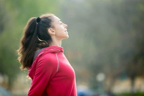 Bilinçli olarak derin nefesler almak duygu kontrolünüz açısından destekleyicidir.