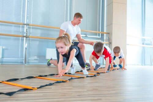 Egzersiz yapan üç çocuk.