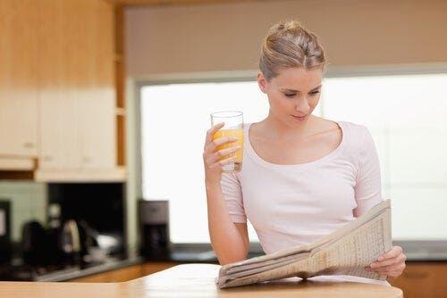 Sabah haberlerini okuyan bir kadın.