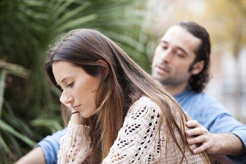 Bir kadını teselli eden bir adam.