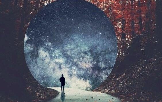 Tünele doğru yürüyen bir adam