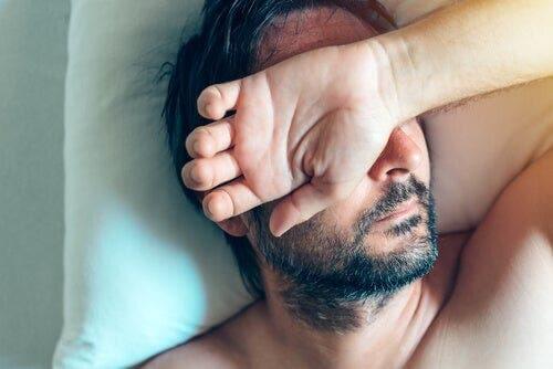 Uyuyan bir adam.