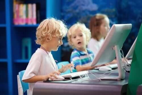Çocuklar etkileşimli öğrenme ortamındalar